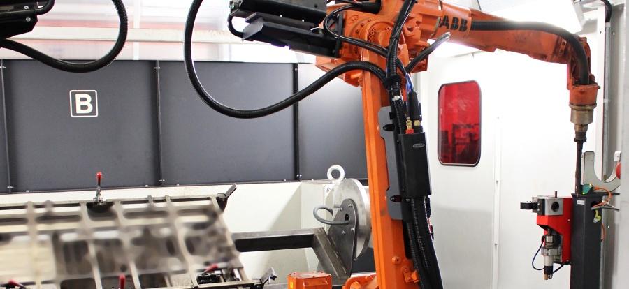 Čistící jednotka integrovaná v robotické svařovací buňce